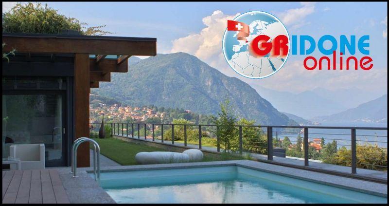 Bietet eine exklusive Villa mit privatem Garten, Pool und überdachten Terrassen am Comer See an